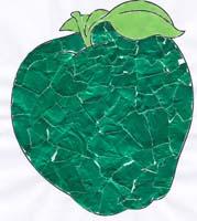 Déchirer du papier pour remplir la silhouette de la pomme